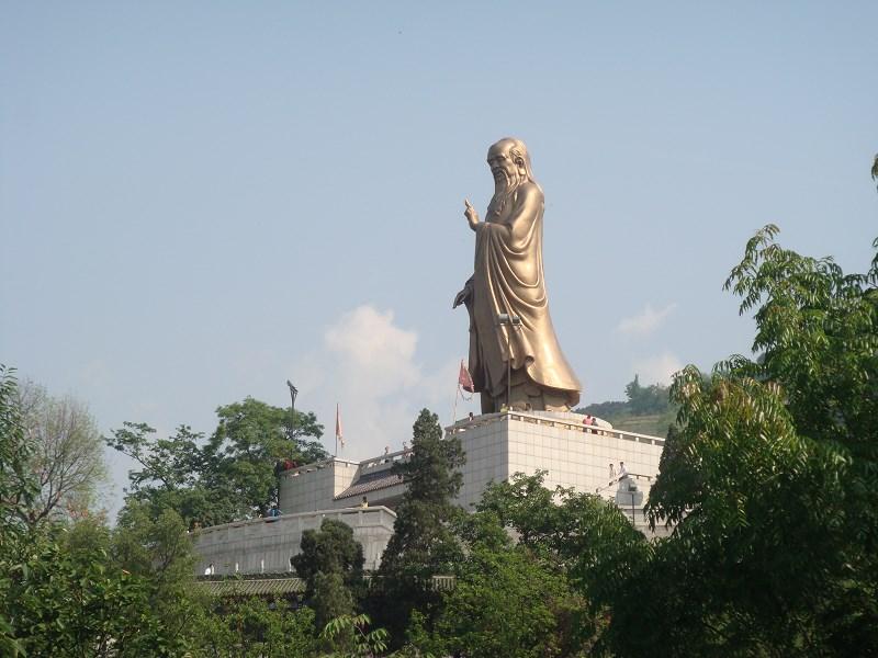 原楼观台风景区形成鲜明对比:老子塑像依山面北